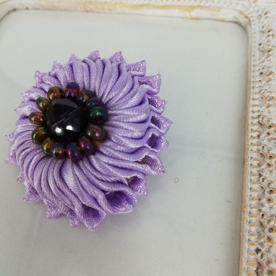 Brosa floare mica satin handmade cu margelute, mov