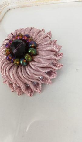Brosa floare satin handmade cu margelute, lila prafuit